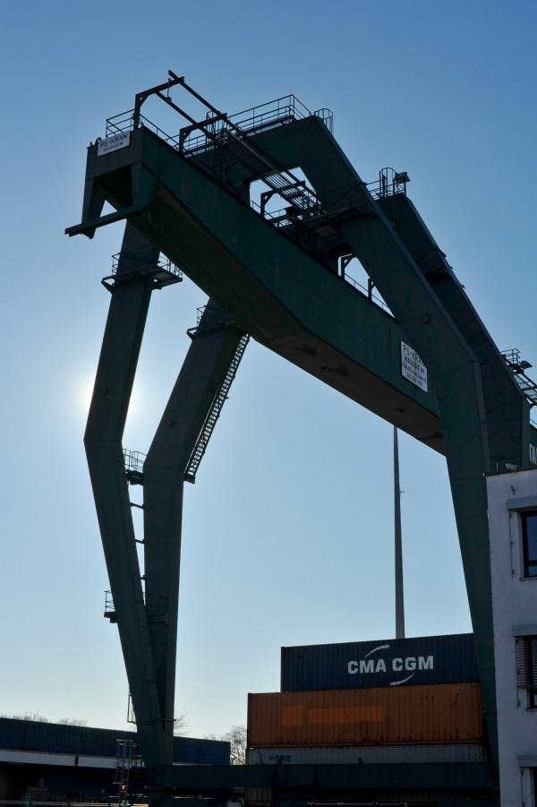 Hier müssen alle Container passieren und landen auf dem vorgesehenen Lageplatz.