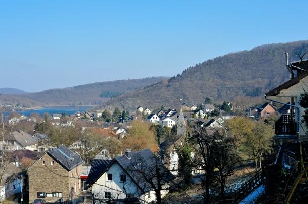 Kleine Fachwerkhäuser und schmale Gassen führen durch das kleine Dorf.
