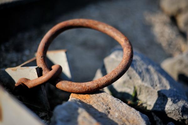 Das sich Eisen und Wasser nicht vertragen, zeigt dieses Objekt am Ufer des Sees.