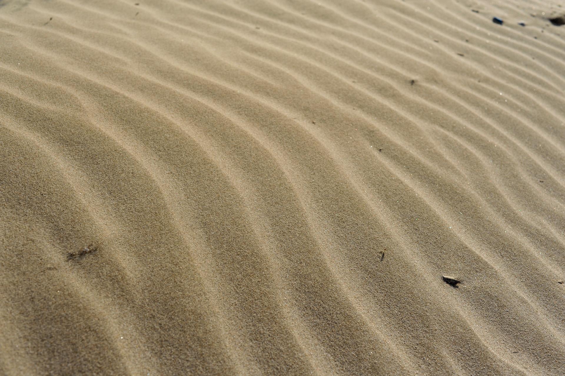 Am Strand von Valencia bilden sich kleine Dünen wie in der Wüste