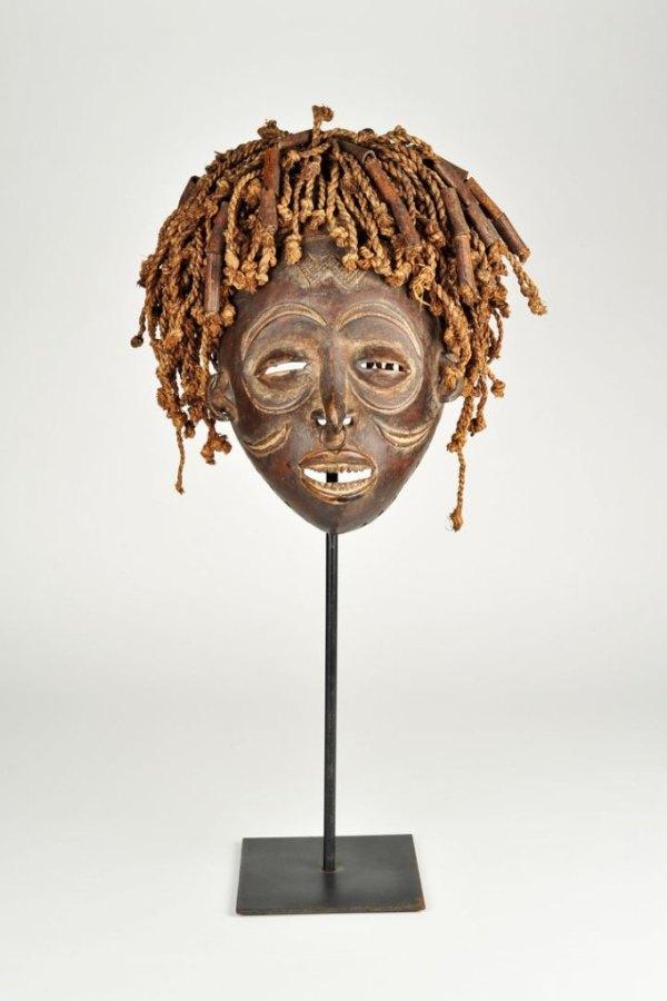 Afrikanische Maske fotogarfiert auf weissen Hintergrund