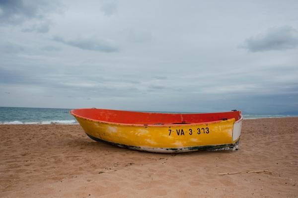 Farbiges Holzboot am Mittelmeer