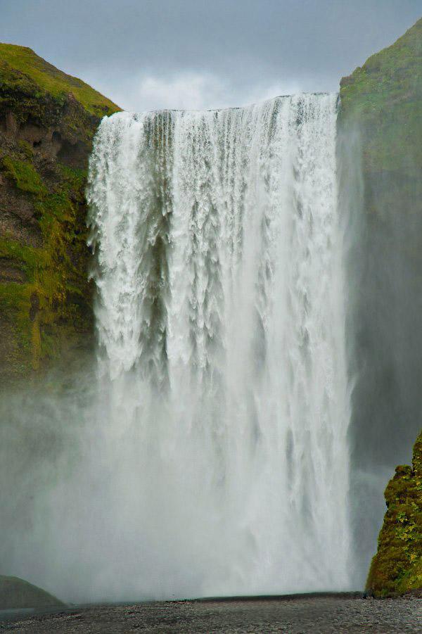 Menschenleerer Wasserfall im schönen Island bekommt man selten zu gesicht. Der Trick hier heisst Photoshop